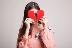 Όμορφη νέα ασιατική γυναίκα με τη σπασμένη καρδιά Στοκ εικόνες με δικαίωμα ελεύθερης χρήσης