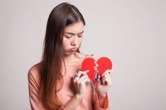 Όμορφη νέα ασιατική γυναίκα με τη σπασμένη καρδιά Στοκ φωτογραφία με δικαίωμα ελεύθερης χρήσης