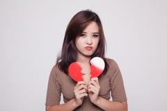 Όμορφη νέα ασιατική γυναίκα με τη σπασμένη καρδιά Στοκ Εικόνα