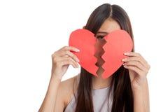 Όμορφη νέα ασιατική γυναίκα με τη σπασμένη καρδιά Στοκ Φωτογραφία