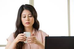 Όμορφη νέα ασιατική γυναίκα που χρησιμοποιεί την έξυπνη τηλεφωνική αποστολή κειμενικών μηνυμάτων Στοκ Εικόνα