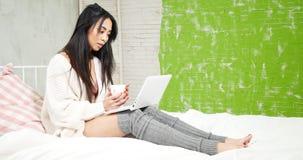 Όμορφη νέα ασιατική χαλάρωση κοριτσιών στο κρεβάτι, στοκ εικόνες με δικαίωμα ελεύθερης χρήσης