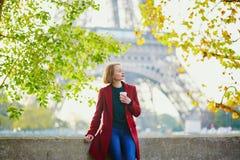 Όμορφη νέα γαλλική γυναίκα κοντά στον πύργο του Άιφελ στο Παρίσι στοκ φωτογραφίες