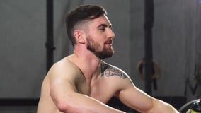 Όμορφη νέα γενειοφόρος χαλάρωση ατόμων γυμνοστήθων αθλητική μετά από να επιλύσει απόθεμα βίντεο