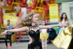 Όμορφη νέα γυναίκα ενδύματα ενός στα περιστασιακά ύφους που απομονώνονται πέρα από το άσπρο υπόβαθρο Νέο κορίτσι που χορεύει δημό στοκ εικόνες