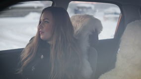 Όμορφη νέα γυναίκα ευτυχής έχοντας τη διασκέδαση στο αυτοκίνητο που πηγαίνει στο τραγούδι διακοπών φιλμ μικρού μήκους