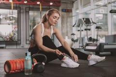 Όμορφη νέα γυναίκα ικανότητας που επιλύει στη γυμναστική στοκ εικόνα