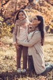 Όμορφη νέα γυναίκα και το παιδί της στον κήπο φθινοπώρου στοκ εικόνα