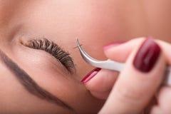 Όμορφη νέα γυναίκα κατά τη διάρκεια της επέκτασης eyelash Στοκ Εικόνα
