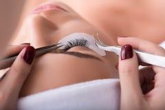 Όμορφη νέα γυναίκα κατά τη διάρκεια της επέκτασης eyelash Στοκ Εικόνες