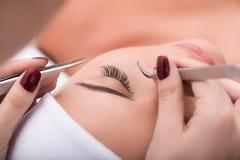 Όμορφη νέα γυναίκα κατά τη διάρκεια της επέκτασης eyelash Στοκ εικόνα με δικαίωμα ελεύθερης χρήσης