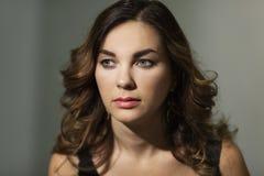 Όμορφη νέα γυναίκα, κινηματογράφηση σε πρώτο πλάνο στοκ εικόνα
