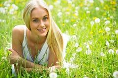 Όμορφη νέα γυναίκα μεταξύ των λουλουδιών Στοκ φωτογραφία με δικαίωμα ελεύθερης χρήσης