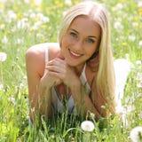 Όμορφη νέα γυναίκα μεταξύ των λουλουδιών Στοκ Εικόνες