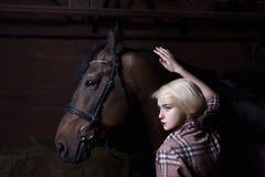 Όμορφη νέα γυναίκα με ένα άλογο στοκ εικόνα με δικαίωμα ελεύθερης χρήσης