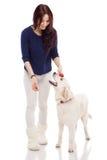 Όμορφη νέα γυναίκα με ένα σκυλί στοκ φωτογραφία