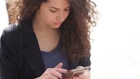 Όμορφη νέα γυναίκα με ένα smartphone στα χέρια της πόλης απόθεμα βίντεο