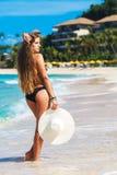 Όμορφη νέα γυναίκα με μακρυμάλλη σε μια θάλασσα καπέλων αχύρου στο β στοκ εικόνες