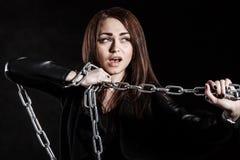 Όμορφη νέα γυναίκα με μια αλυσίδα Στοκ εικόνες με δικαίωμα ελεύθερης χρήσης
