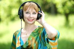 Όμορφη νέα γυναίκα με τα ακουστικά Στοκ εικόνες με δικαίωμα ελεύθερης χρήσης