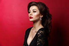 Όμορφη νέα γυναίκα με τα κόκκινα χείλια στοκ φωτογραφίες με δικαίωμα ελεύθερης χρήσης