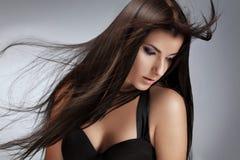 Όμορφη νέα γυναίκα με τα μακριά σγουρά τριχώματα στοκ φωτογραφία με δικαίωμα ελεύθερης χρήσης