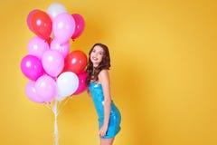 Όμορφη νέα γυναίκα με τα μπαλόνια αέρα Στοκ εικόνα με δικαίωμα ελεύθερης χρήσης