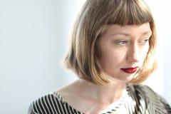Όμορφη νέα γυναίκα με τα μπλε μάτια και το κόκκινο κραγιόν Στοκ Φωτογραφίες