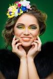 Όμορφη νέα γυναίκα με τα λουλούδια στο κεφάλι Στοκ φωτογραφία με δικαίωμα ελεύθερης χρήσης