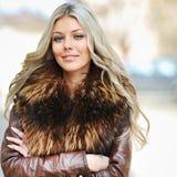 Όμορφη νέα γυναίκα με τα χέρια που διπλώνονται σε μια αστική ρύθμιση Στοκ φωτογραφία με δικαίωμα ελεύθερης χρήσης