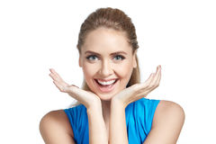 Όμορφη νέα γυναίκα με τα χέρια στο πηγούνι με το χαμόγελο της χαράς Στοκ φωτογραφία με δικαίωμα ελεύθερης χρήσης