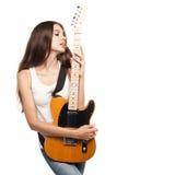 Όμορφη νέα γυναίκα με την ηλεκτρική κιθάρα Στοκ Εικόνα
