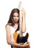 Όμορφη νέα γυναίκα με την ηλεκτρική κιθάρα Στοκ φωτογραφίες με δικαίωμα ελεύθερης χρήσης