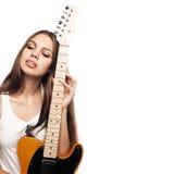 Όμορφη νέα γυναίκα με την κιθάρα Στοκ Φωτογραφία