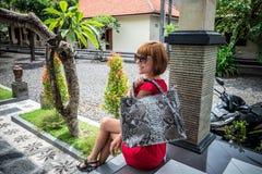 Όμορφη νέα γυναίκα με την τοποθέτηση τσαντών δέρματος snakeskin python στα γυαλιά ηλίου Τροπικό νησί του Μπαλί, Ινδονησία Στοκ φωτογραφία με δικαίωμα ελεύθερης χρήσης