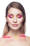 Όμορφη νέα γυναίκα με τη μόδα makeup που απομονώνεται στο λευκό Στοκ Εικόνες