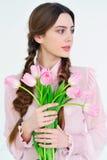 Όμορφη νέα γυναίκα με τη ρόδινη ανθοδέσμη λουλουδιών Στοκ φωτογραφίες με δικαίωμα ελεύθερης χρήσης