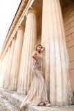 Όμορφη νέα γυναίκα με τη σκοτεινή τρίχα στο πολυτελές φόρεμα βραδιού Στοκ φωτογραφίες με δικαίωμα ελεύθερης χρήσης
