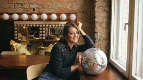 Όμορφη νέα γυναίκα με τη σφαίρα disco που θέτει και που χαμογελά στο στούντιο στο εσωτερικό απόθεμα βίντεο