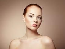 Όμορφη νέα γυναίκα με τη φωτεινά σύνθεση και το μανικιούρ στοκ φωτογραφία