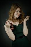 Όμορφη νέα γυναίκα με τις κόκκινες τρίχες Στοκ εικόνα με δικαίωμα ελεύθερης χρήσης