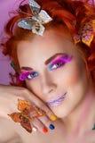 Όμορφη νέα γυναίκα με τις πεταλούδες στοκ εικόνες