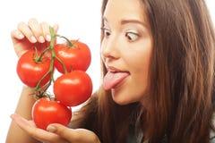 Όμορφη νέα γυναίκα με τις ώριμες ντομάτες στοκ εικόνα με δικαίωμα ελεύθερης χρήσης