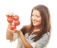 Όμορφη νέα γυναίκα με τις ώριμες ντομάτες στοκ εικόνες