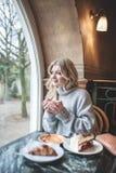 Όμορφη νέα γυναίκα με τον ξανθό μακρυμάλλη χρόνο εξόδων μόνο Στοκ Φωτογραφίες