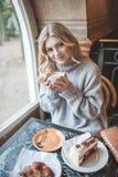 Όμορφη νέα γυναίκα με τον ξανθό μακρυμάλλη χρόνο εξόδων μόνο Στοκ εικόνες με δικαίωμα ελεύθερης χρήσης