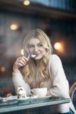Όμορφη νέα γυναίκα με τον ξανθό μακρυμάλλη χρόνο εξόδων στο CAF Στοκ εικόνες με δικαίωμα ελεύθερης χρήσης