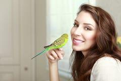 Όμορφη νέα γυναίκα με τον παπαγάλο Στοκ φωτογραφίες με δικαίωμα ελεύθερης χρήσης
