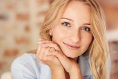 Όμορφη νέα γυναίκα με το δέρμα επάρχων Στοκ εικόνες με δικαίωμα ελεύθερης χρήσης