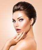 Όμορφη νέα γυναίκα με το καθαρό φρέσκο δέρμα Στοκ Εικόνα
